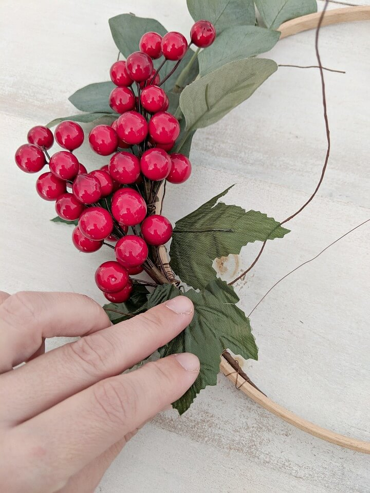 5 minute red berry minimal Holiday wreath northernfeeling.com