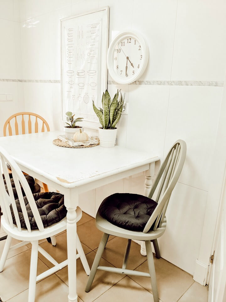 simple Fall kitchen decor / painted chairs / northernfeeling.com (5)
