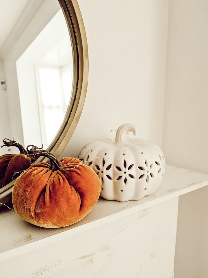 cozy pumpkin fall mantel + thrifted mirror // northernfeeling.com